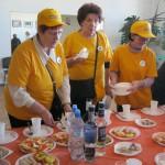 Волонтеры помогают накрывать столы в банкетном зале